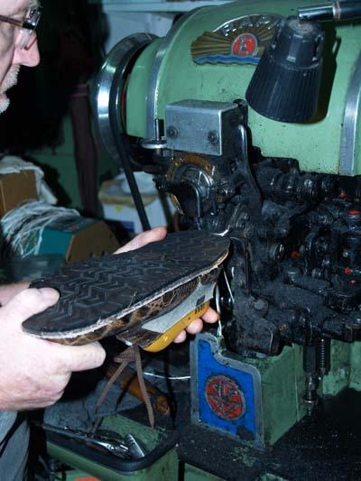 Maestro artesano de calzado