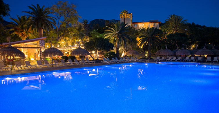 Piscina de noche | Pool at night | Hotel Es Port